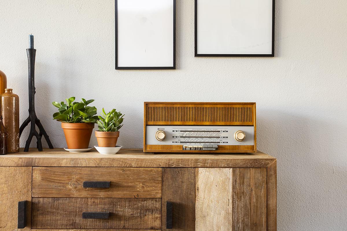 Mobile in legno con vecchia radio vintage.
