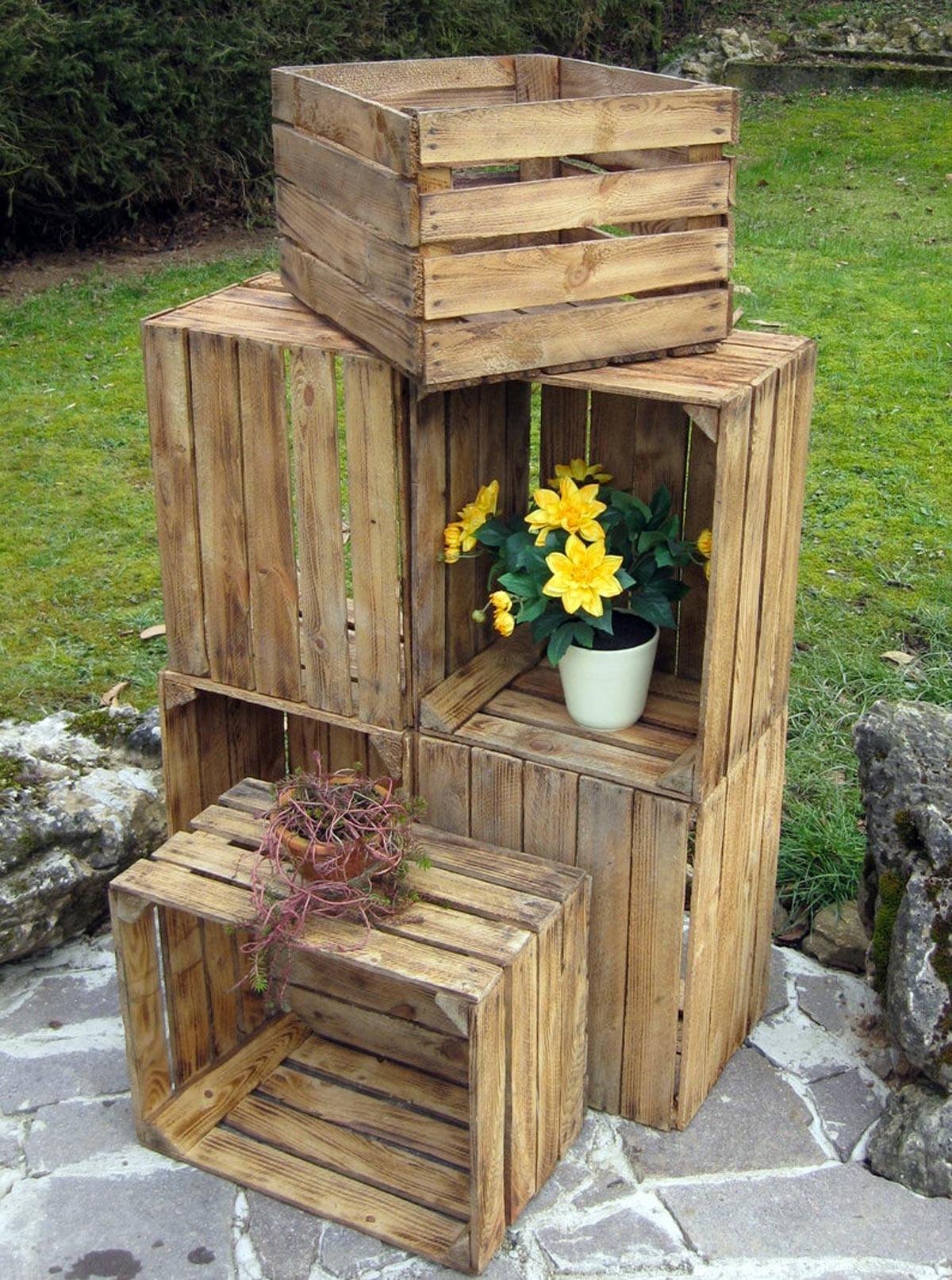 Fioriera fai da te con cassette di legno per arredare l'esterno di casa.