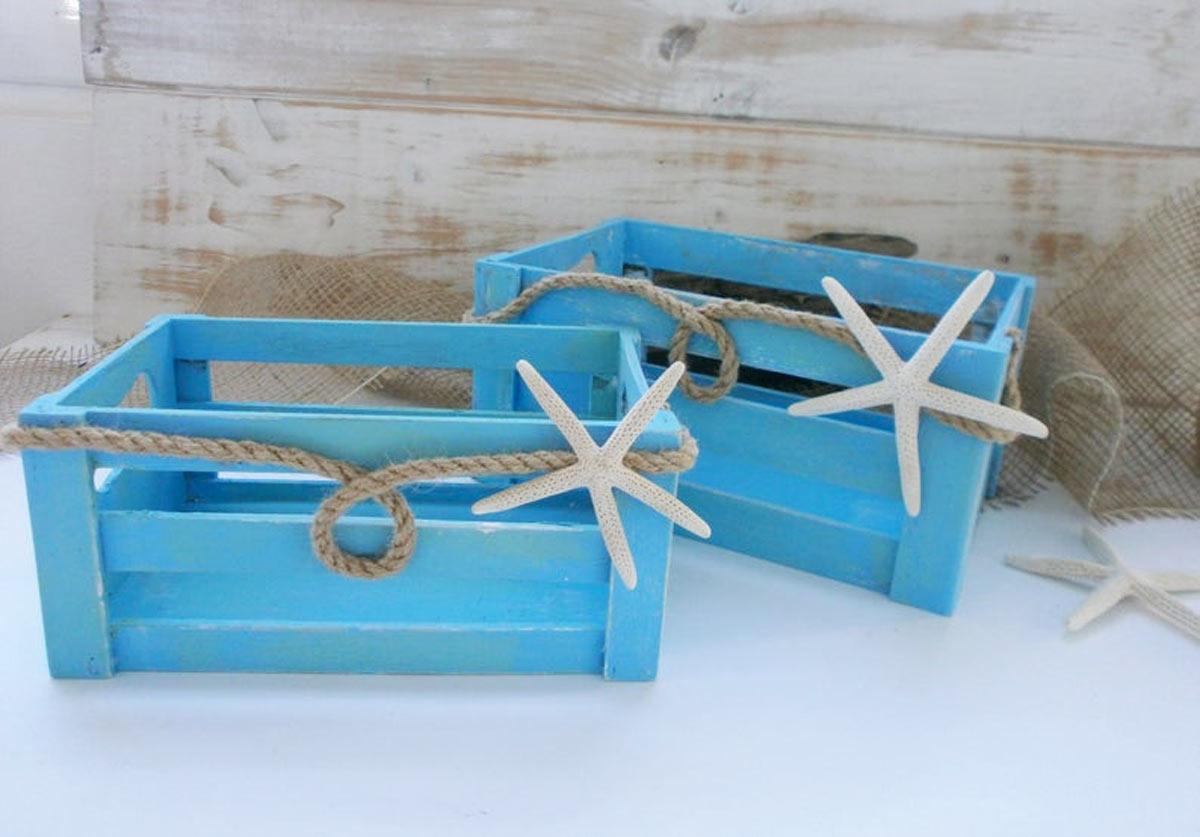 Cassette di legno dipinte di blu con stella di marina, perfetto per decorare casa al mare.