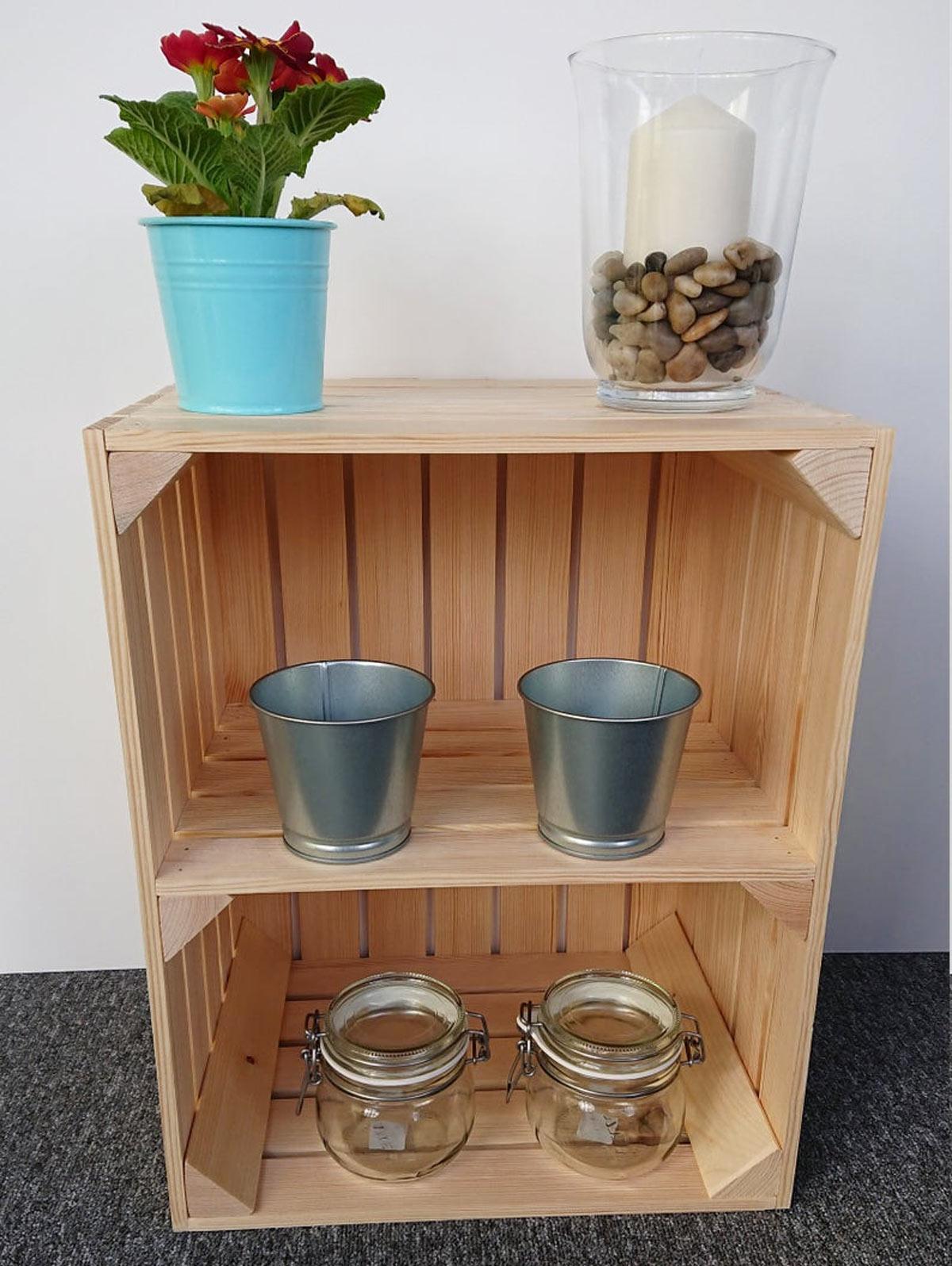 Cassette in legno chiaro decorata con vasetti di vetro, piantina e portacandele fai da te.