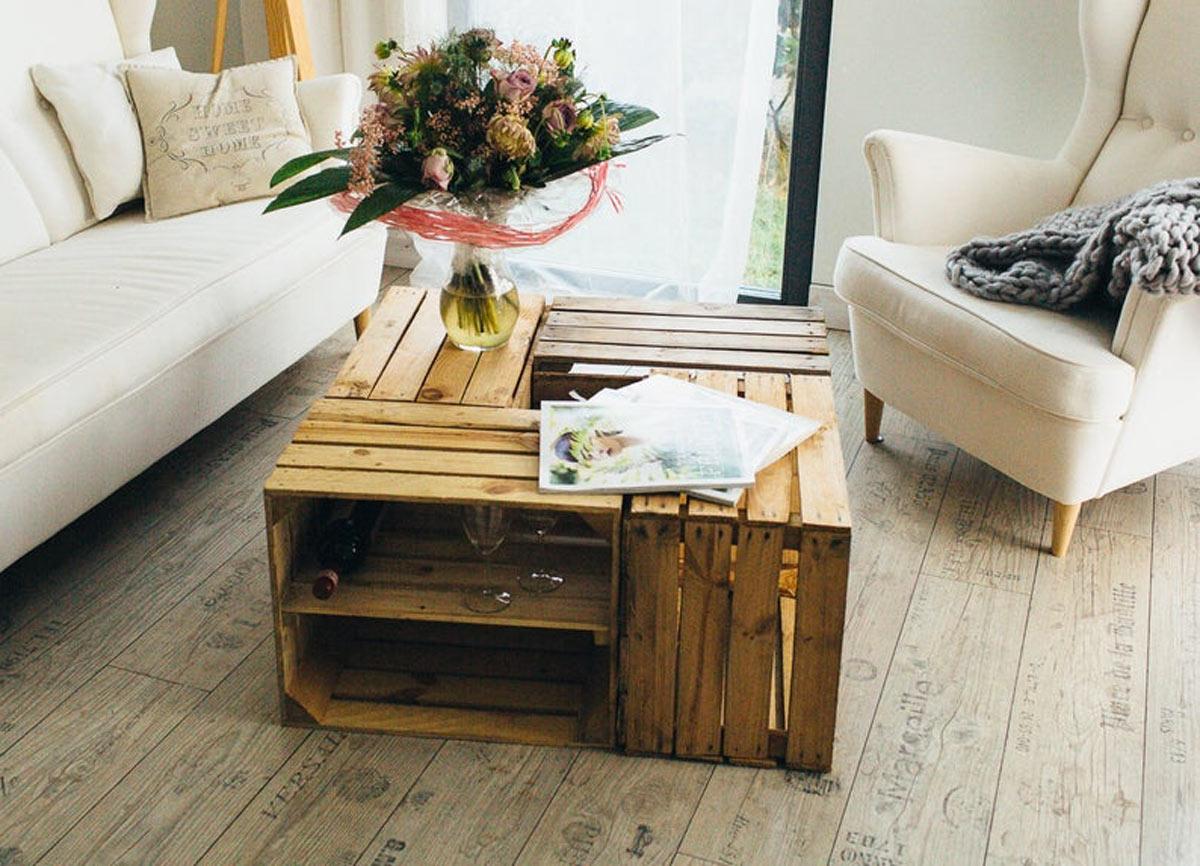Tavolino per il salotto fai da te realizzato con cassette di legno.