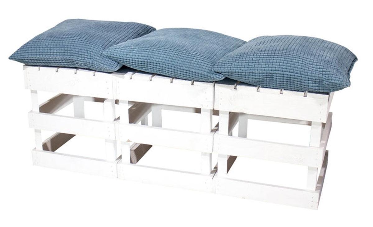 Panca realizzata con 3 cassette di legno dipinte di bianco con cuscini blu.