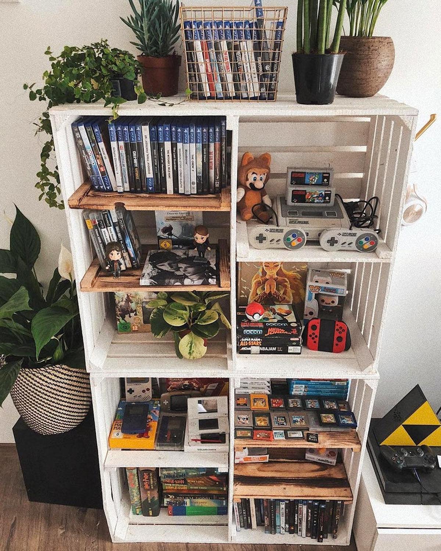Libreria fai da te porta video games realizzata con cassette di legno.