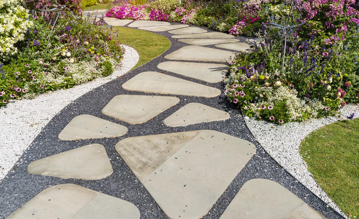 Bellissimo camminamento in giardino realizzato con le pietre.