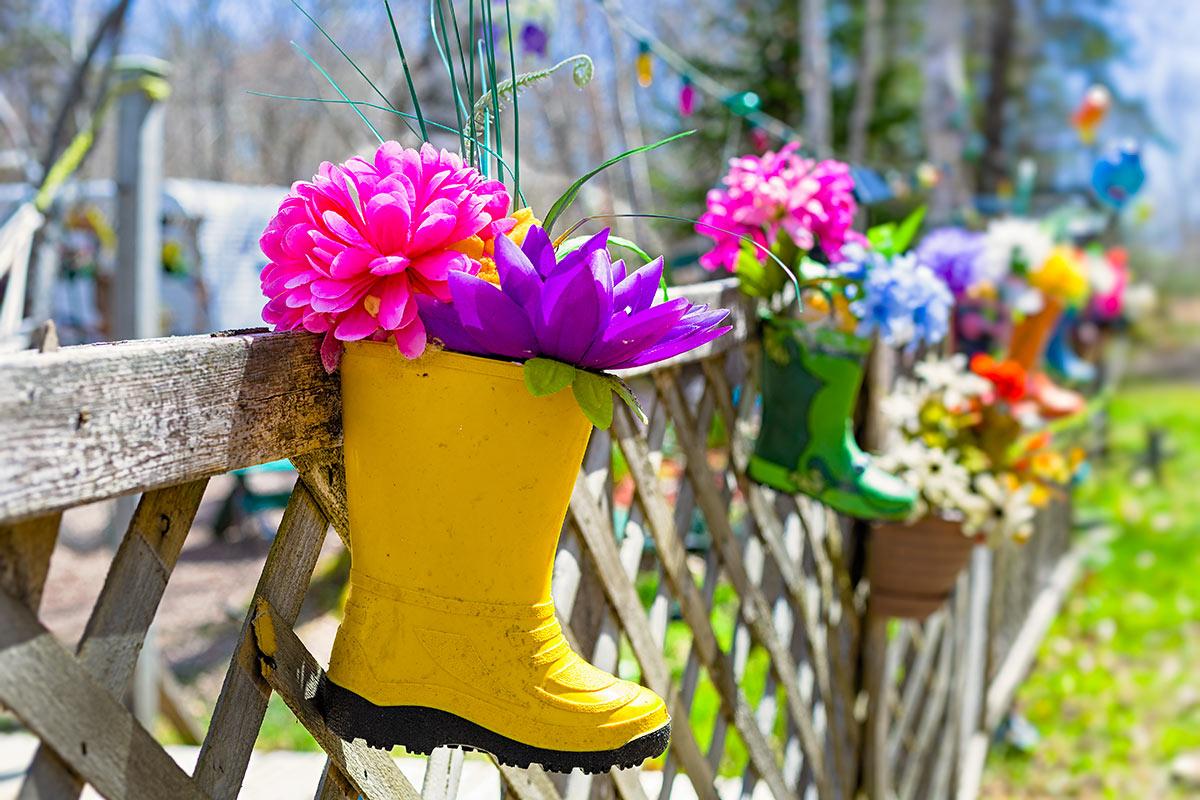 Vecchio stivale da giardino diventa un vaso di fiori originale all'esterno.