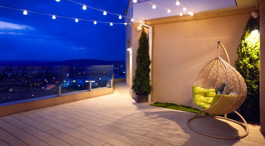 Terrazzo illuminato con lampadine appese ad un filo.