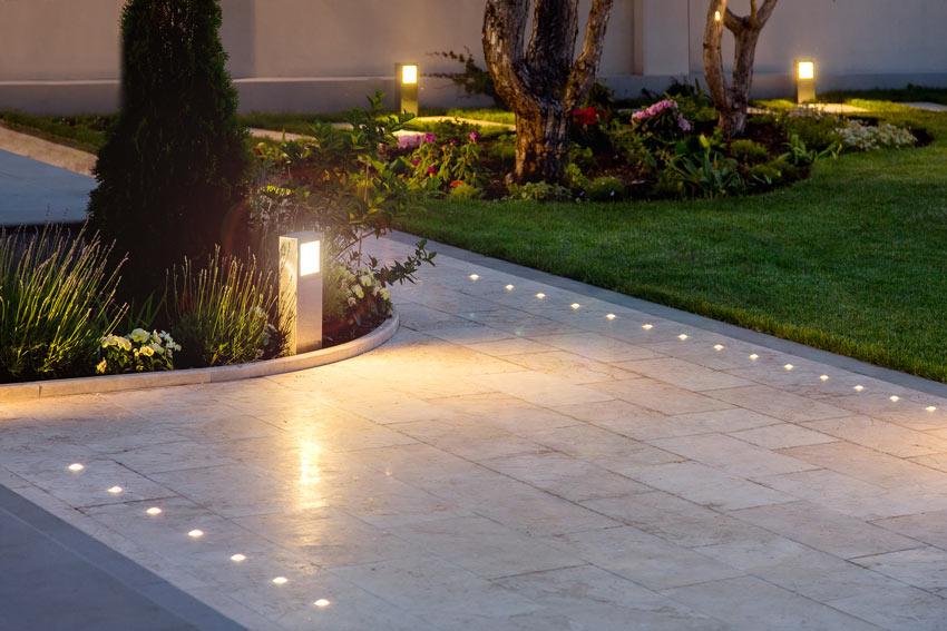 Vialetto giardino moderno con faretti incastonati per terra.