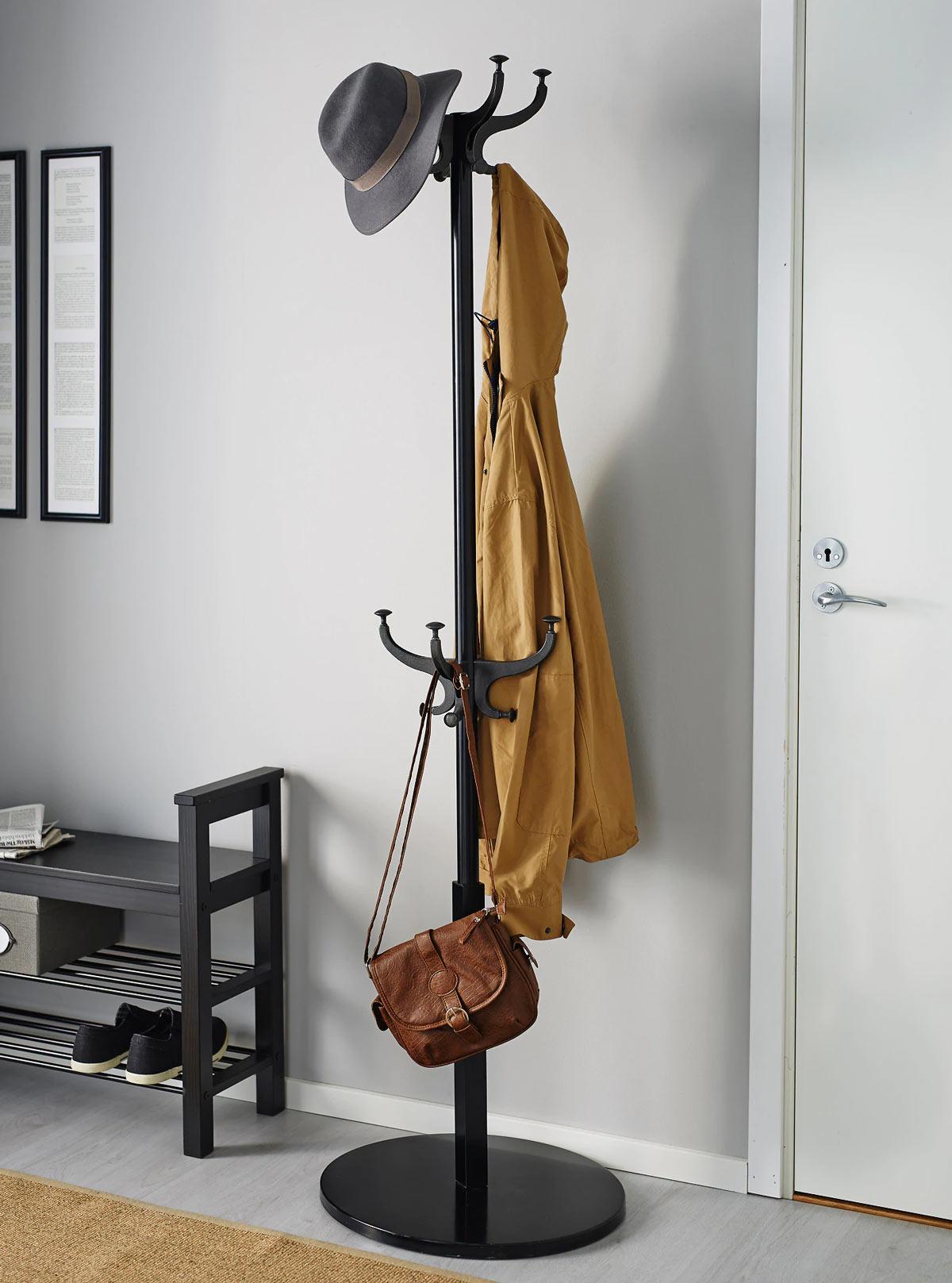 Appendiabiti IKEA per arredare l'ingresso.