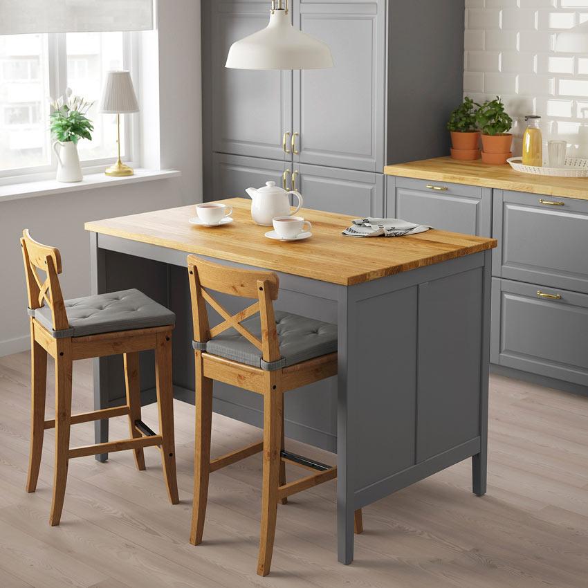 Isola cucina IKEA grigia con top legno chiaro modello TORNVIKEN,