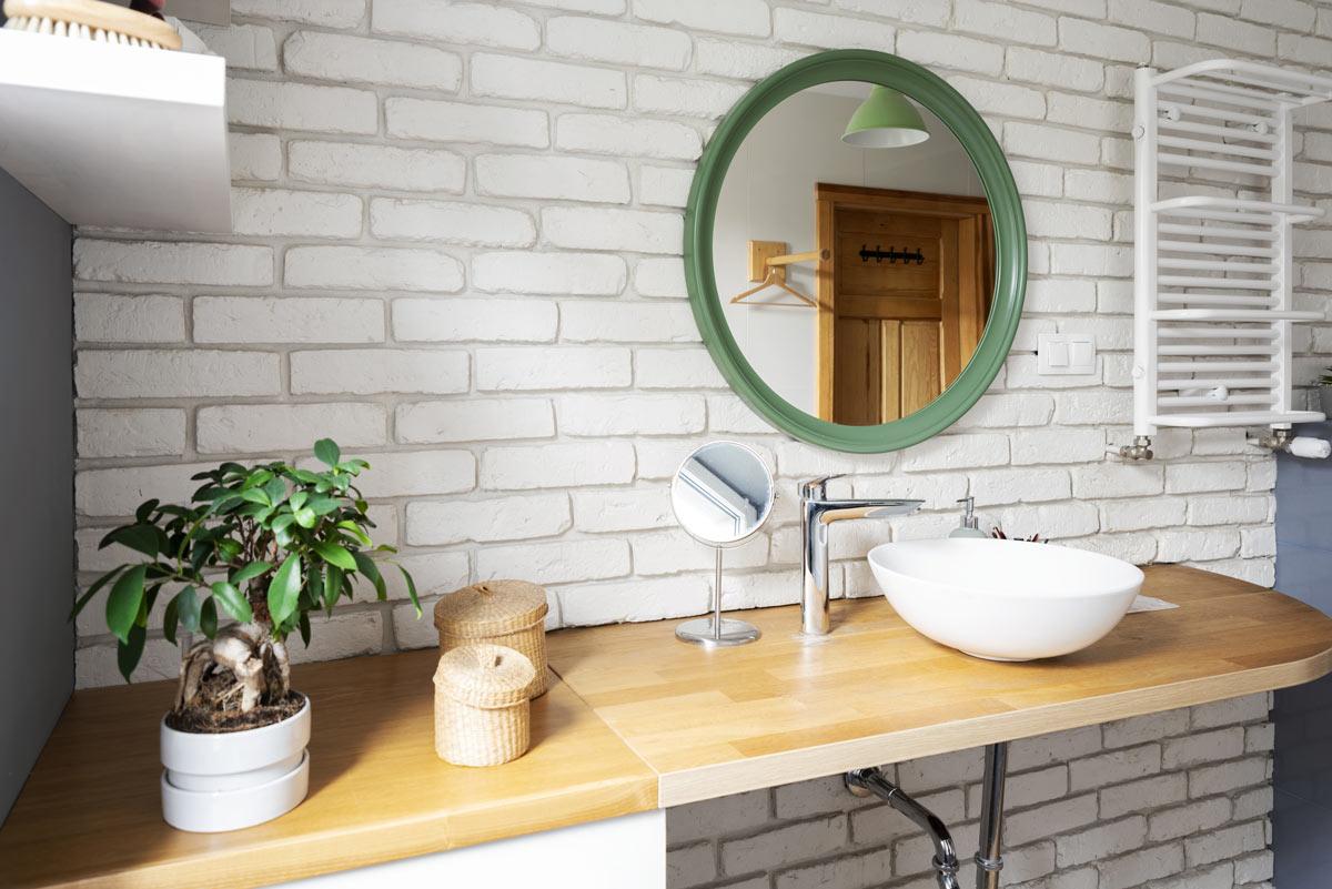 Tavola di legno per lavabo in bagno.