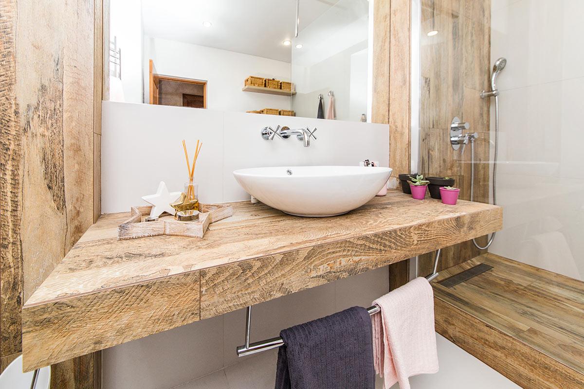Arredare il bagno con il legno.