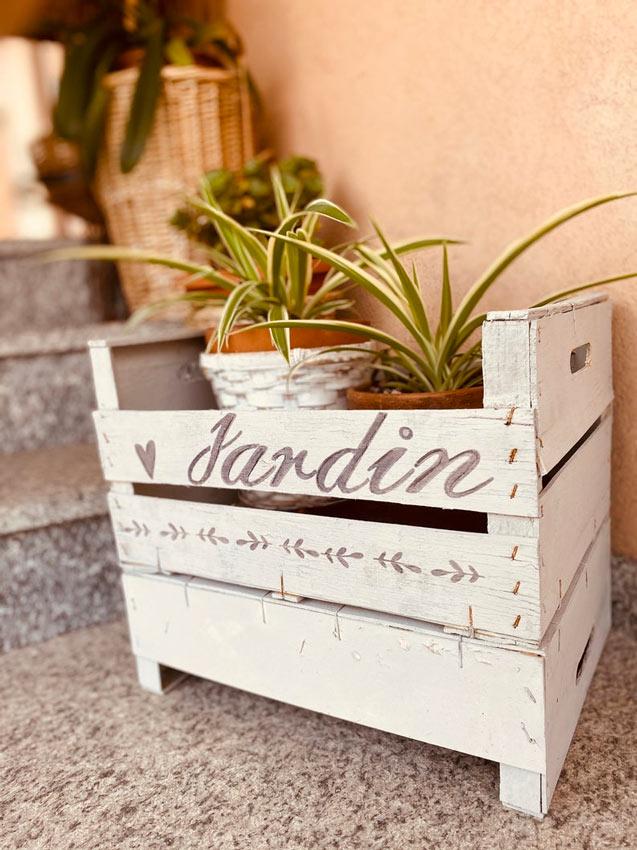 """Cassetta della frutta shabby con scritta """"jardin""""."""