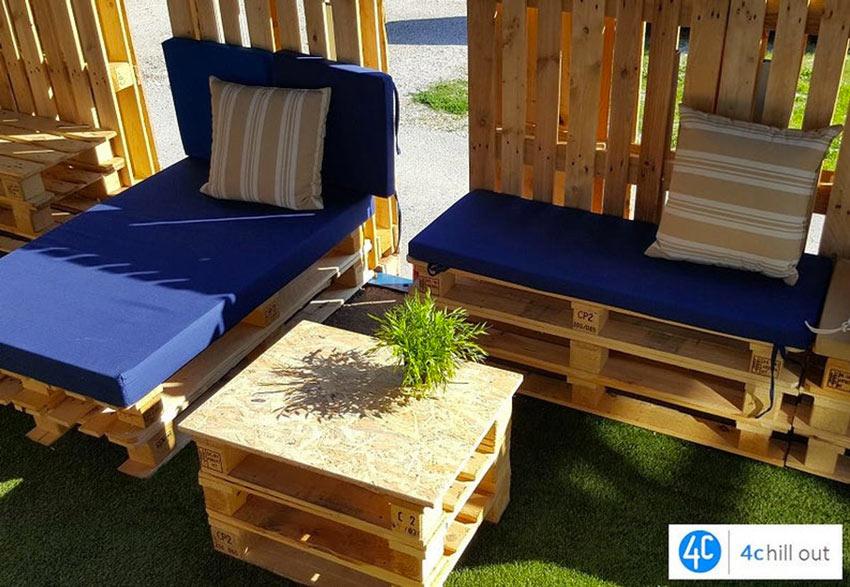 Set da giardino realizzato con pallet, banca, lettino e tavolino.