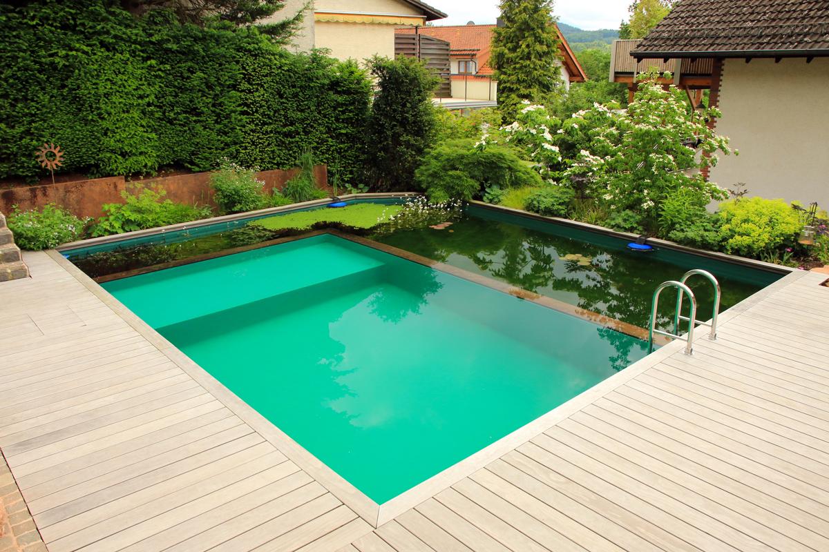 Bellissima piscina design con soppalco.