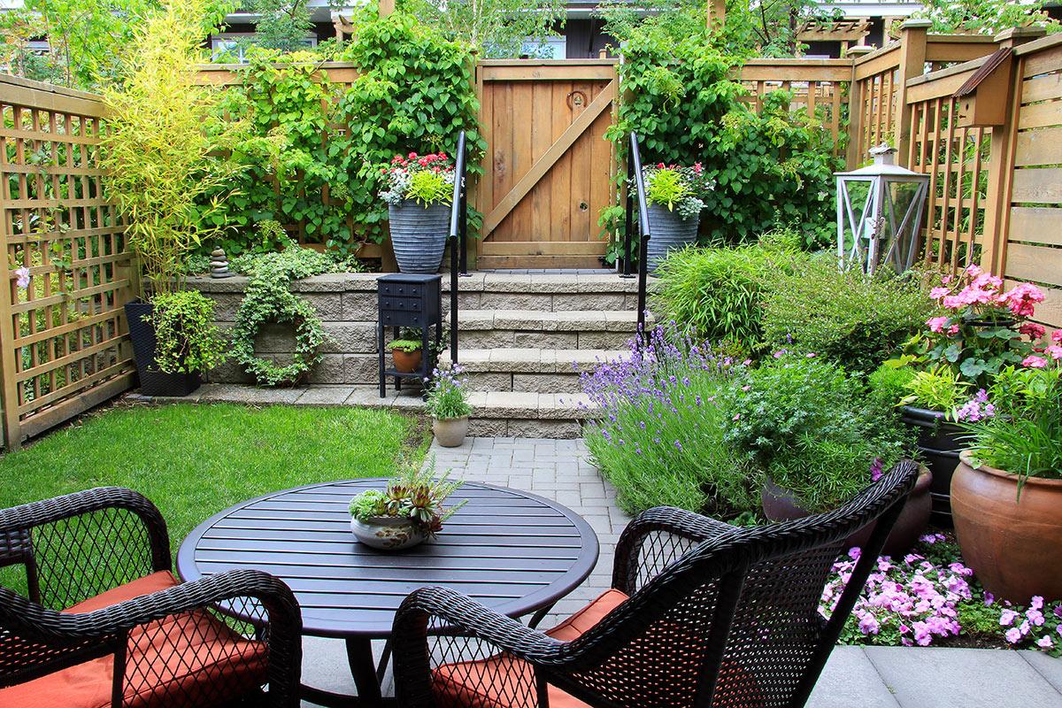 Piccolo giardino bellissimo recintato.