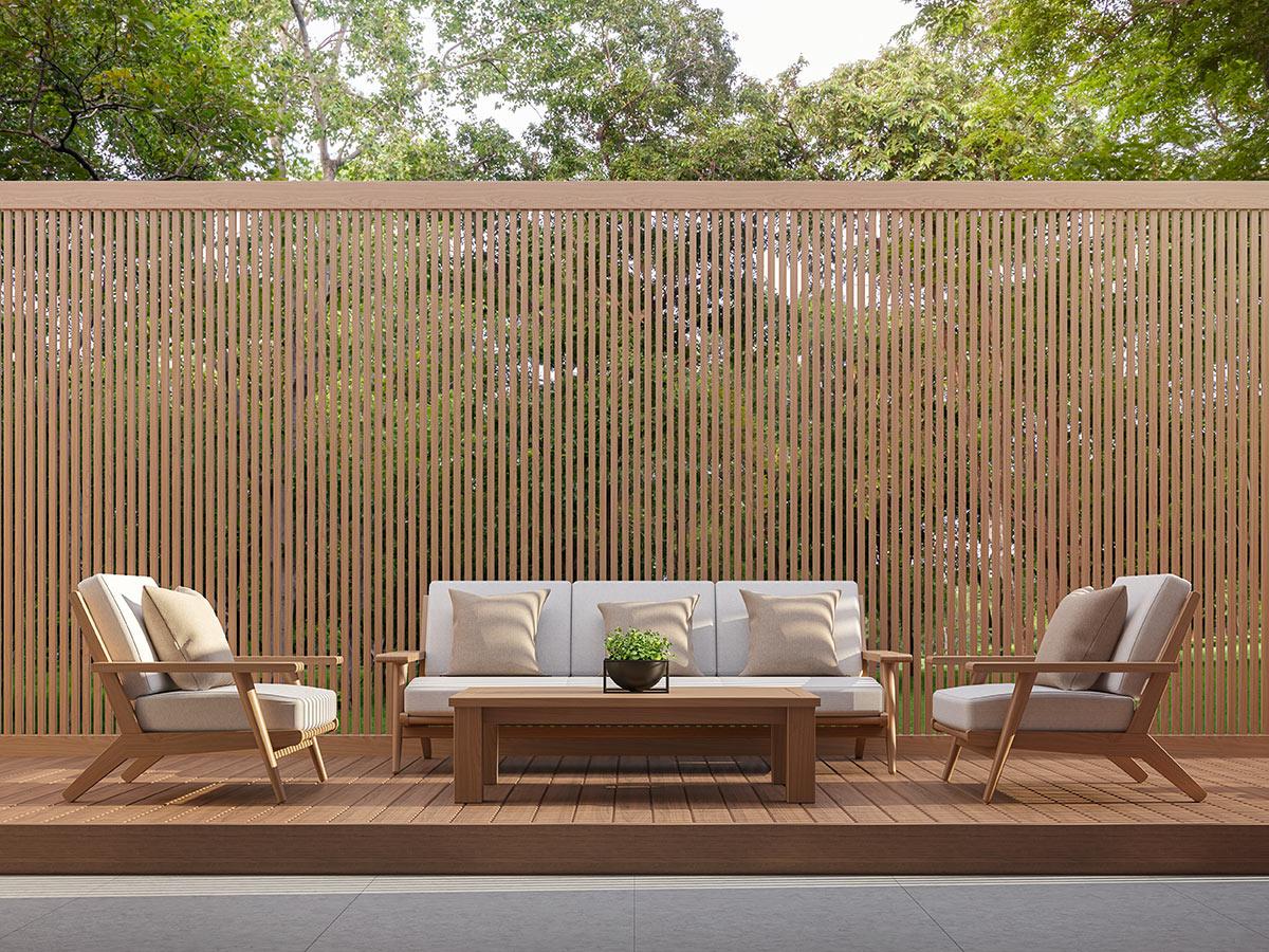 Alto recinto da giardino in legno con tavole verticali.