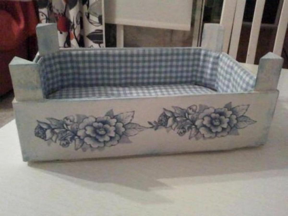 Cassetta in legno rivestita con stoffa all'interno e decorata con fiori.
