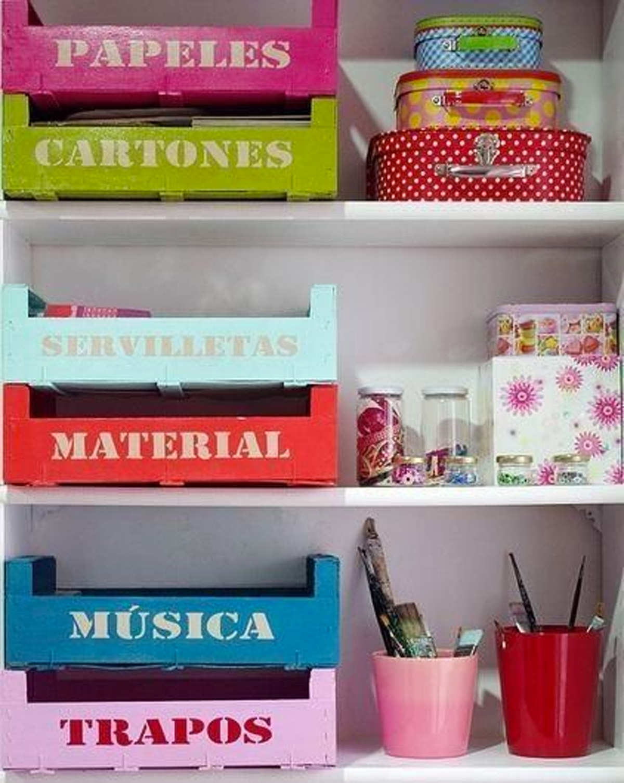 Riciclo delle cassette delle fragole in contenitori colorati.