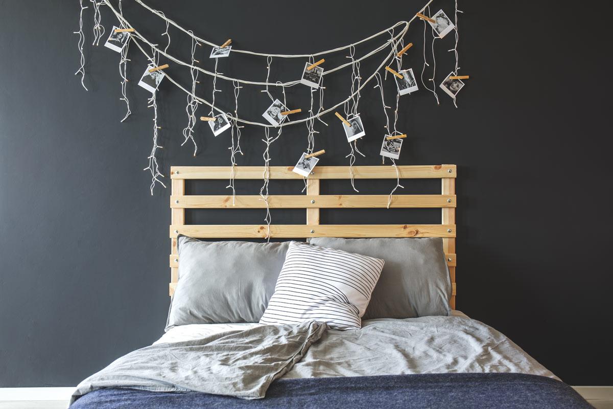 Bella testata letto realizzata con pallet.
