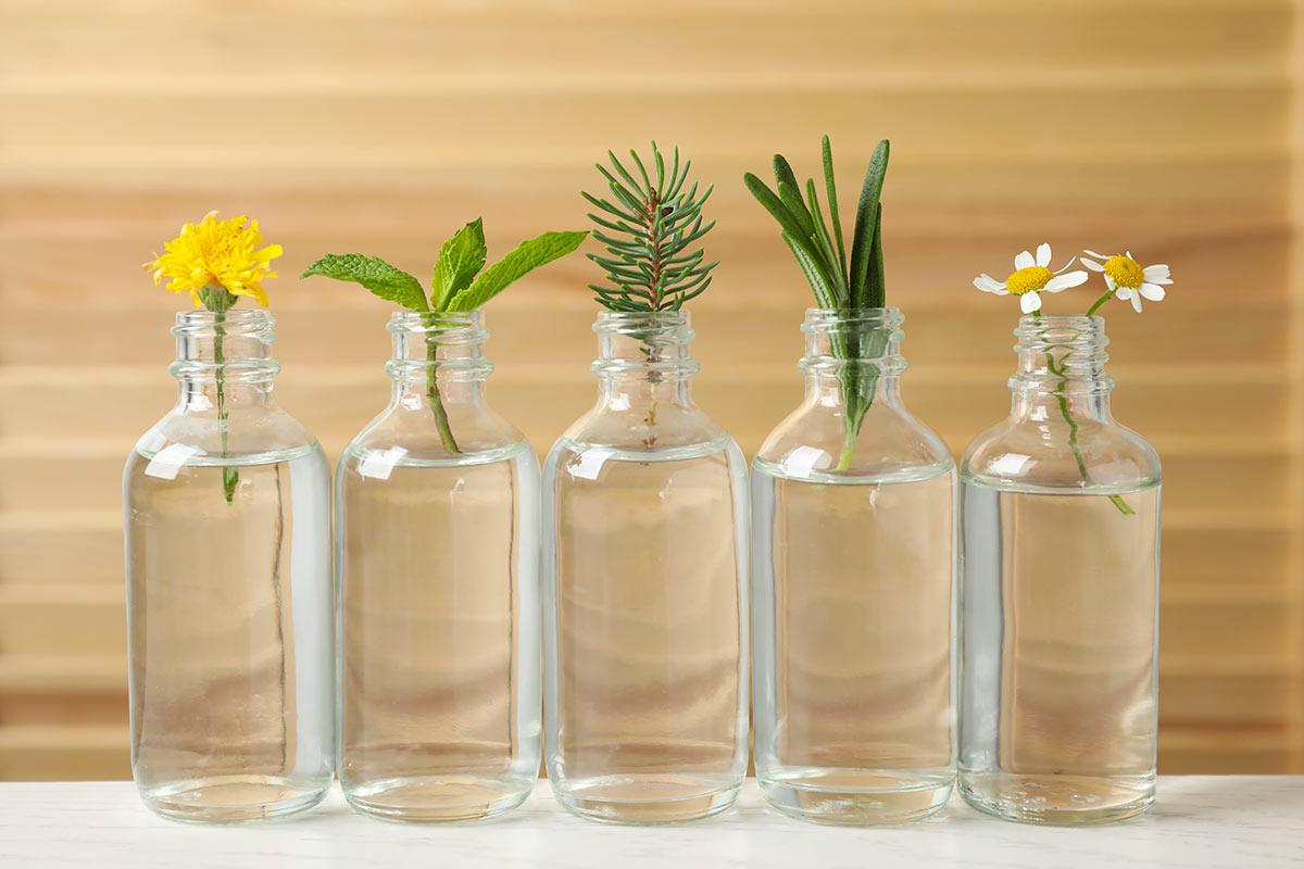 Bottiglie di vetro con fiori.