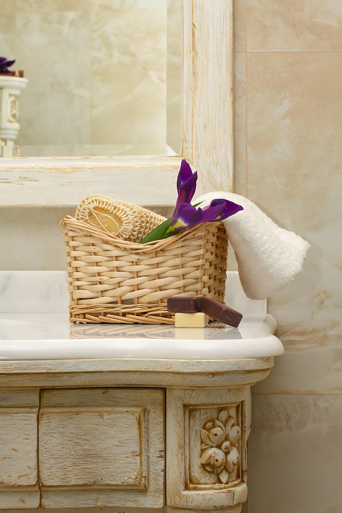 Mobile bagno con un bel cesto in vimini per sistemare saponi e asciugamani.