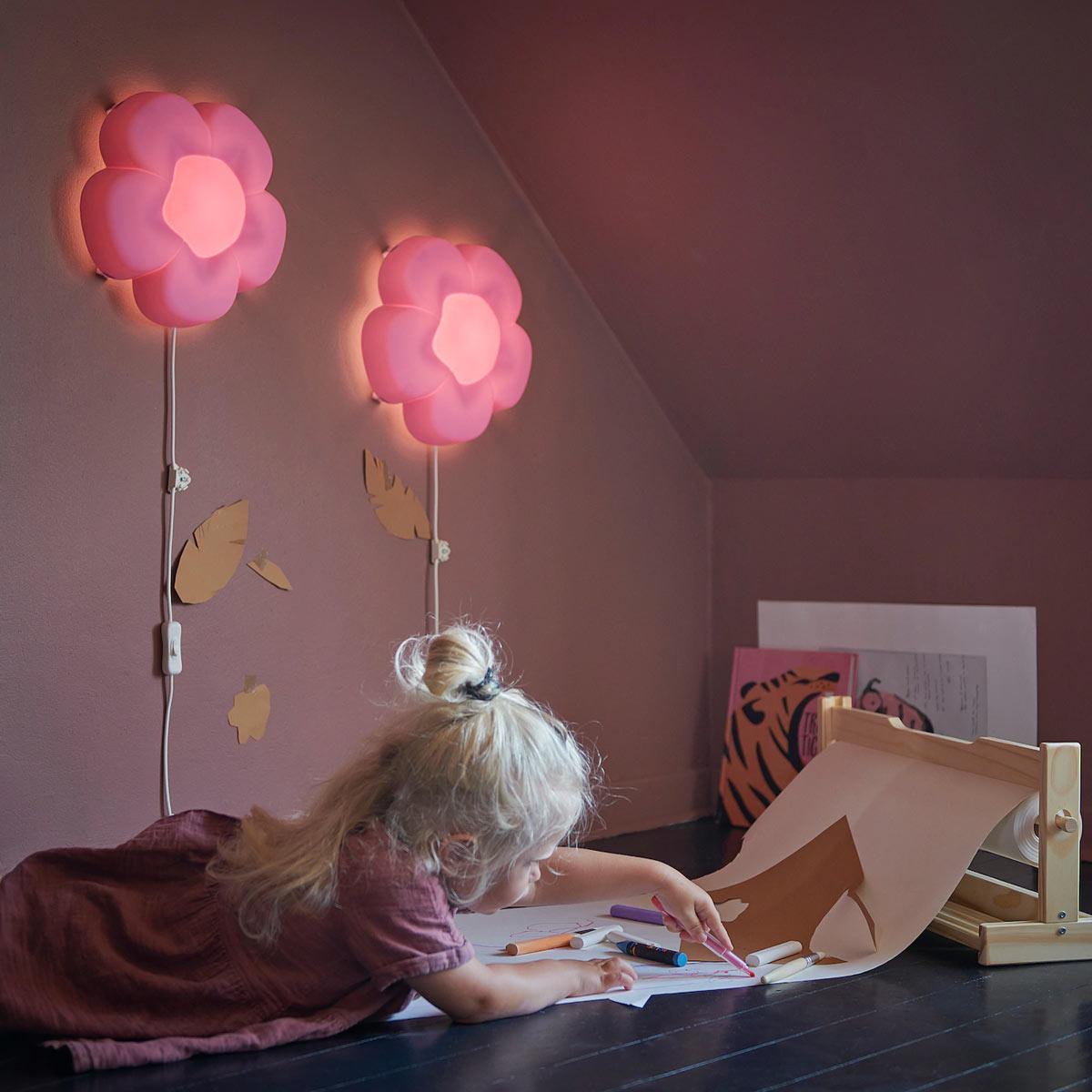 lampade da parete a forma di fiore sono ideali per camerette piccole