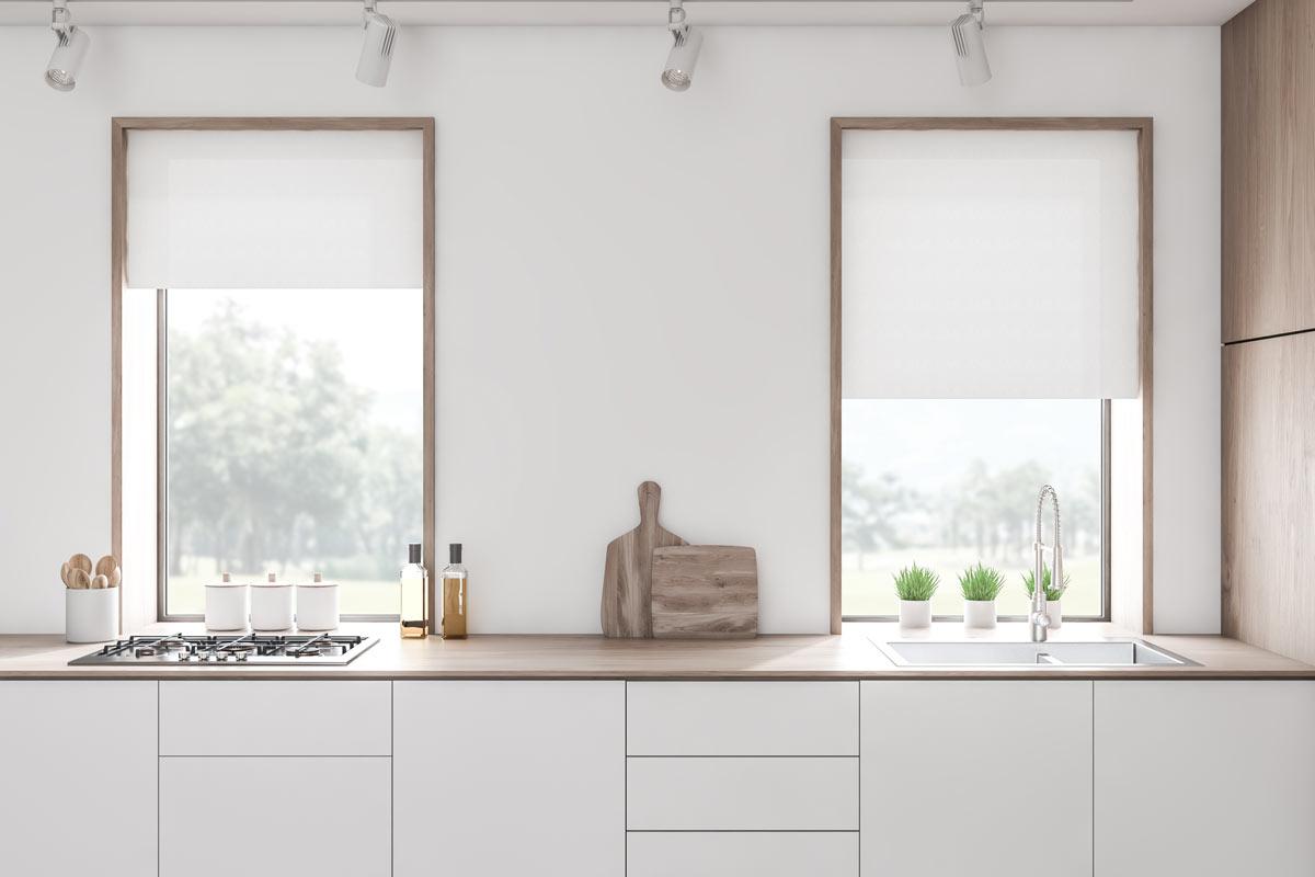 Piano cucina con 2 finestre.
