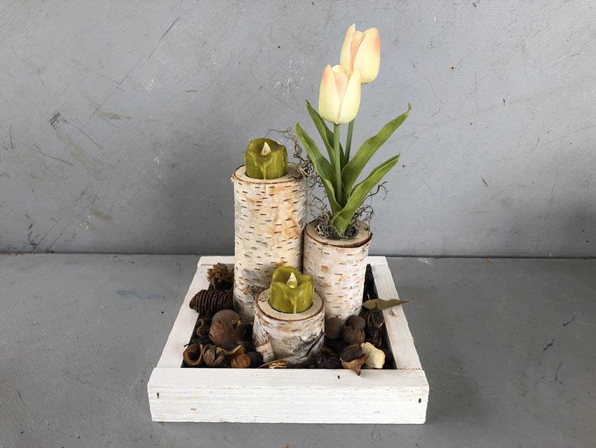 centrotavola estivo fai da te con tronchi e fiori freschi