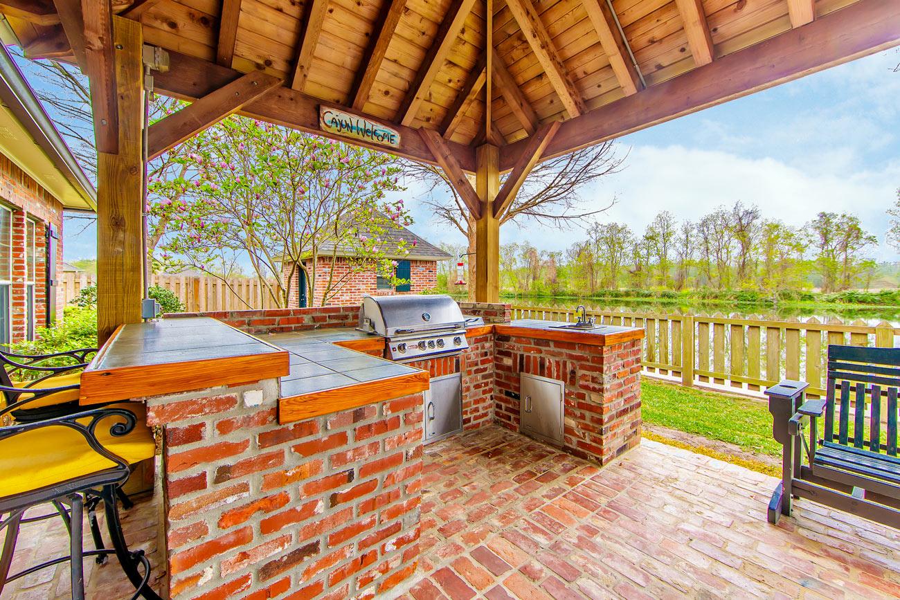 Cucine in muratura da esterno con mattoncini rossi.