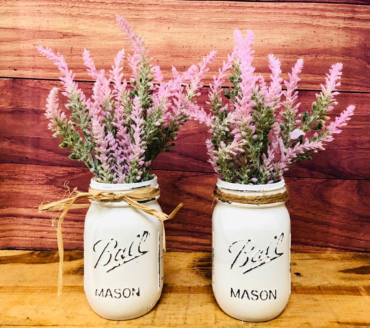 decorazioni estive fai da te con barattoli e fiori freschi.