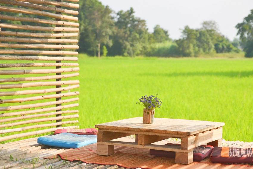 Separè esterno fai da te realizzato con canne di bambù.