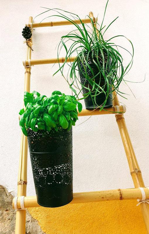 Scala decorativa fai da te realizzata con canne di bambù.