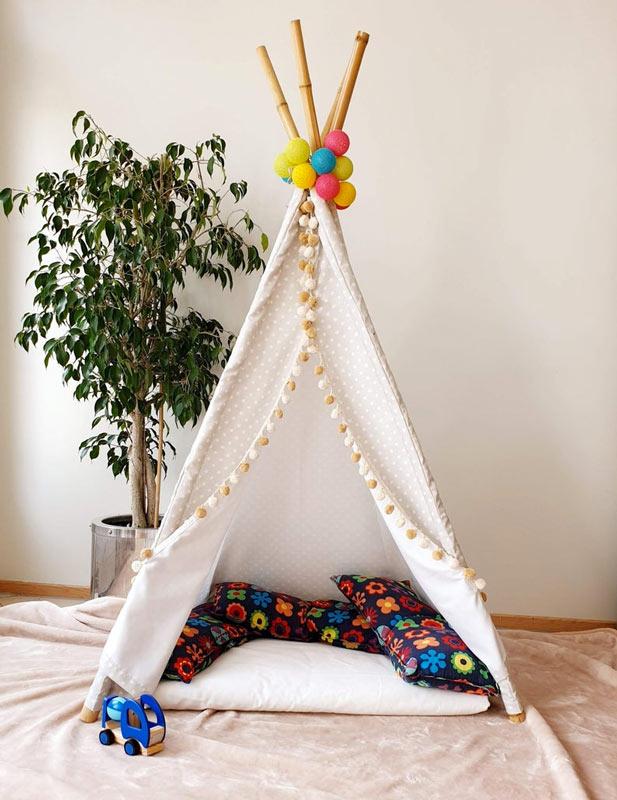 Tenda da indiano fai da te per bambini realizzata con canne di bambù.