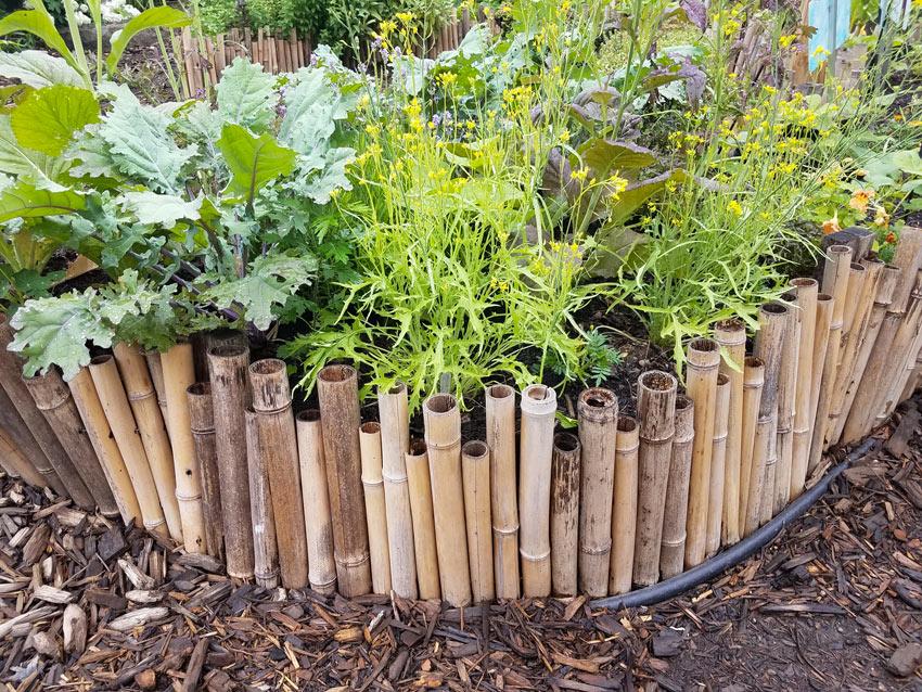 Recinto per aiuola realizzata con canne di bambù.