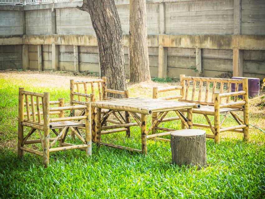 Salotto da giardino fai da te realizzato con canne di bambù.
