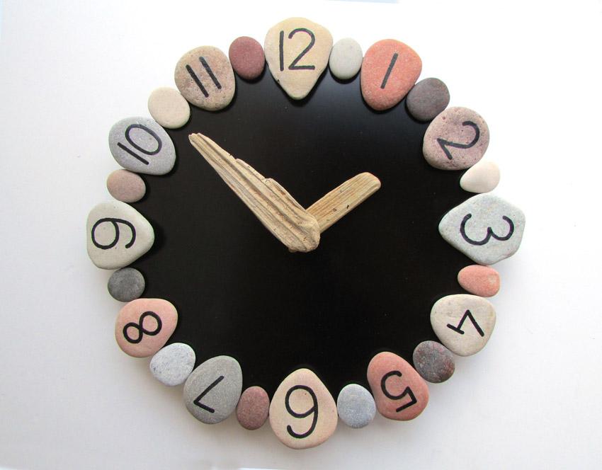 Orologio fai da te realizzato con sassi e legno di mare.
