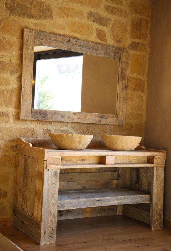 Bellissimo mobile lavabo per il bagno realizzato con pallet di legno.