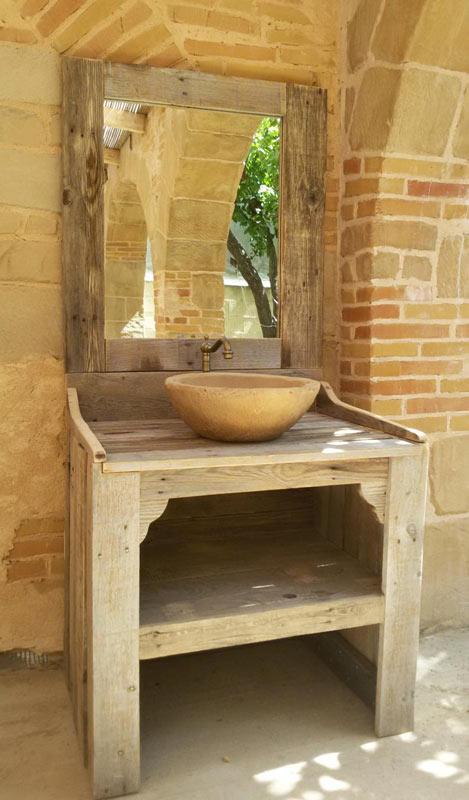 Mobili per il bagno realizzato con bancali di legno.