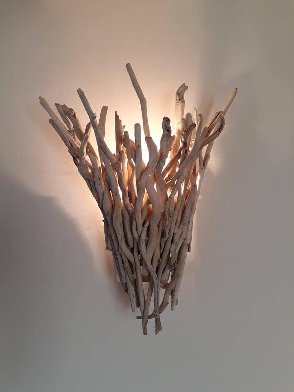 Lampada da parete fai da te con legno di mare.
