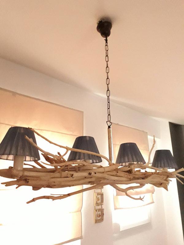 Lampadario realizzato con legno di mare.