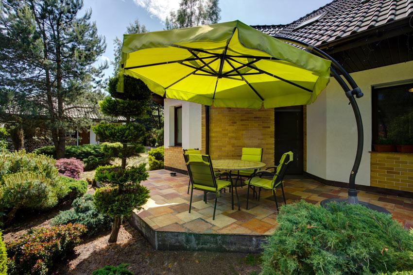 Bellissimo ombrellone giallo su terrazzo.