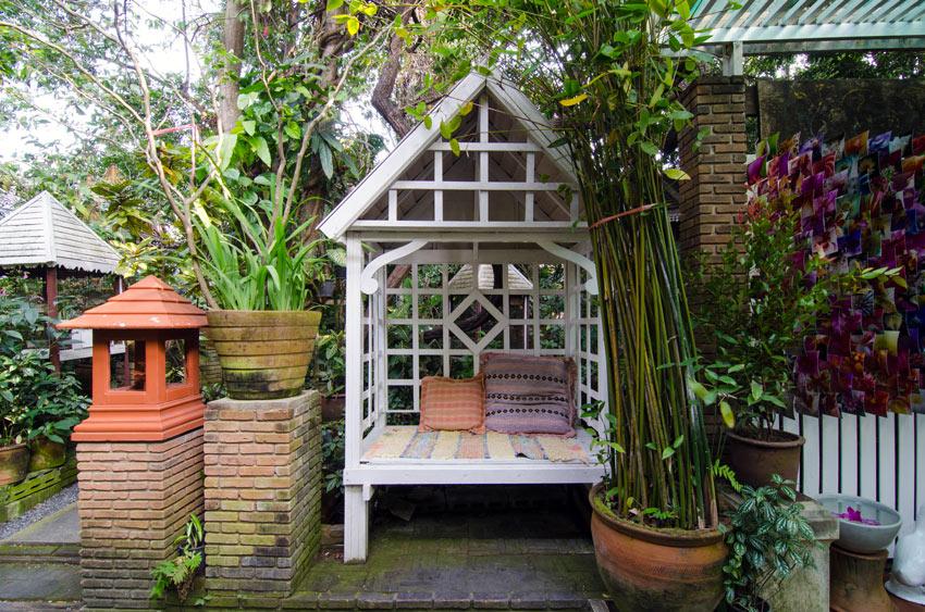 Casetta di legno relax in giardino all'ombra.