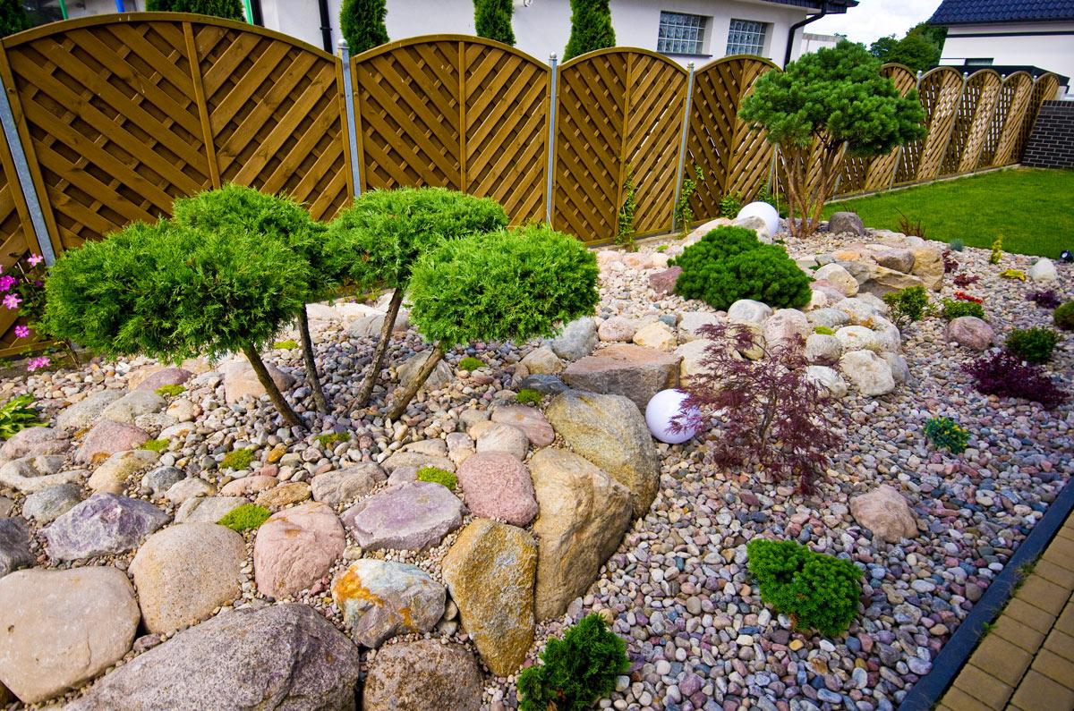 Decorare il giardino con pietra naturale.