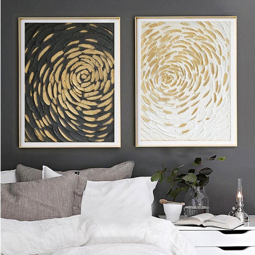 Parete camera da letto grigio scuro con due quadri moderni astratti.