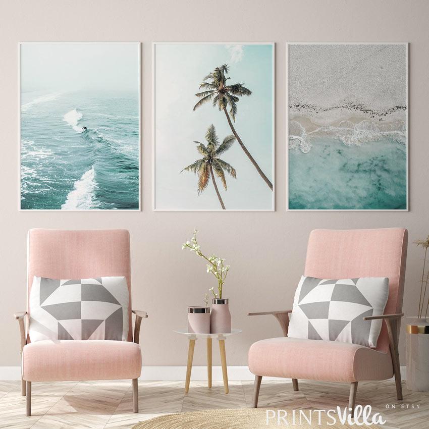 Bellissimi quadri moderni a tema mare in salotto.