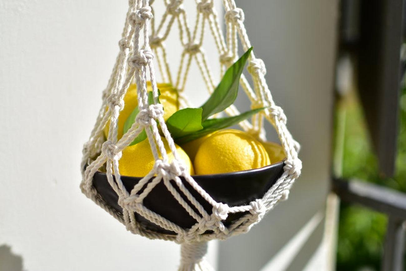 Tenere in ordine la frutta, rete sospesa con ciotola di limoni.