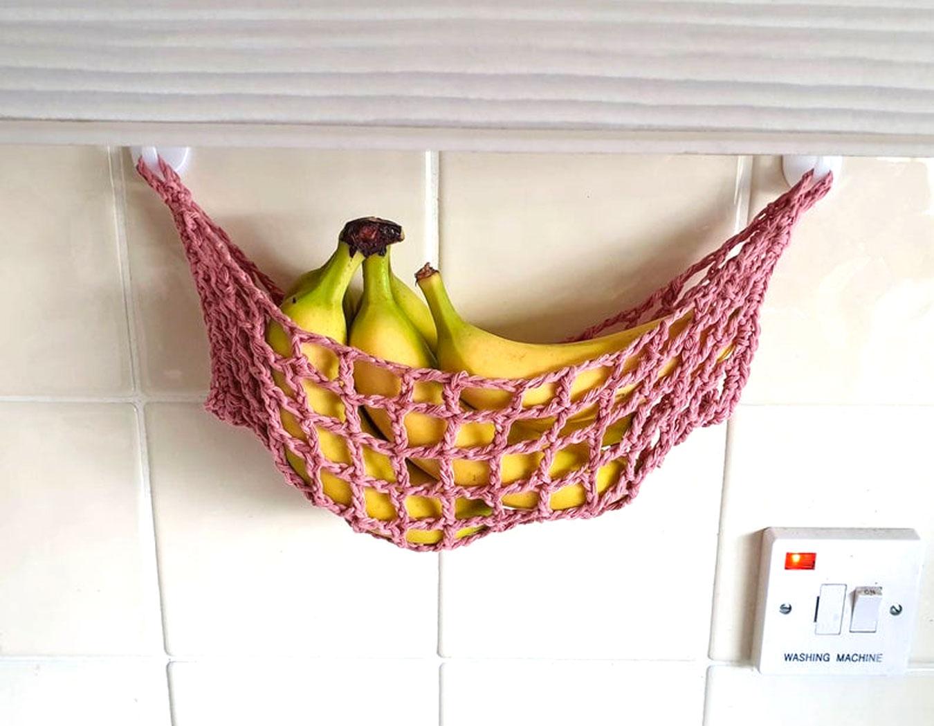 Sistemare la frutta in cucina con questa rete sospesa con banane.