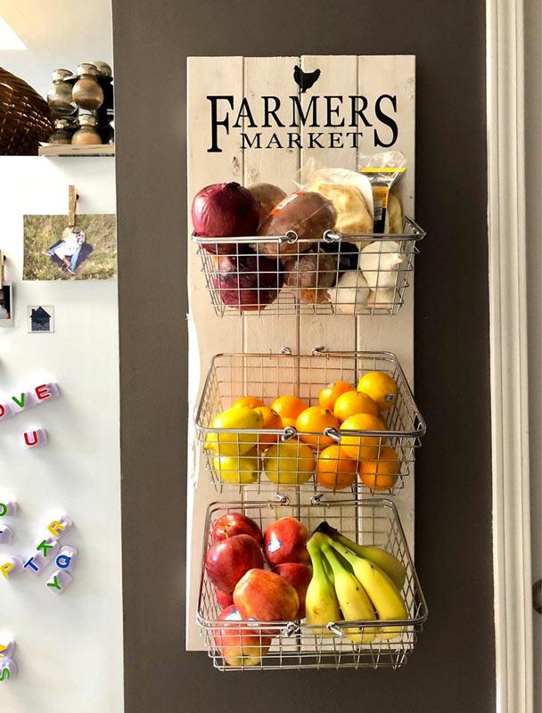 Porta frutta e verdura fai da te con pallet di legno e cesti.