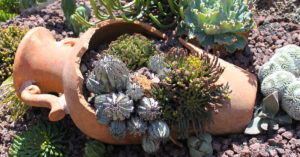Creatività con i vasi di terracotta in giardino