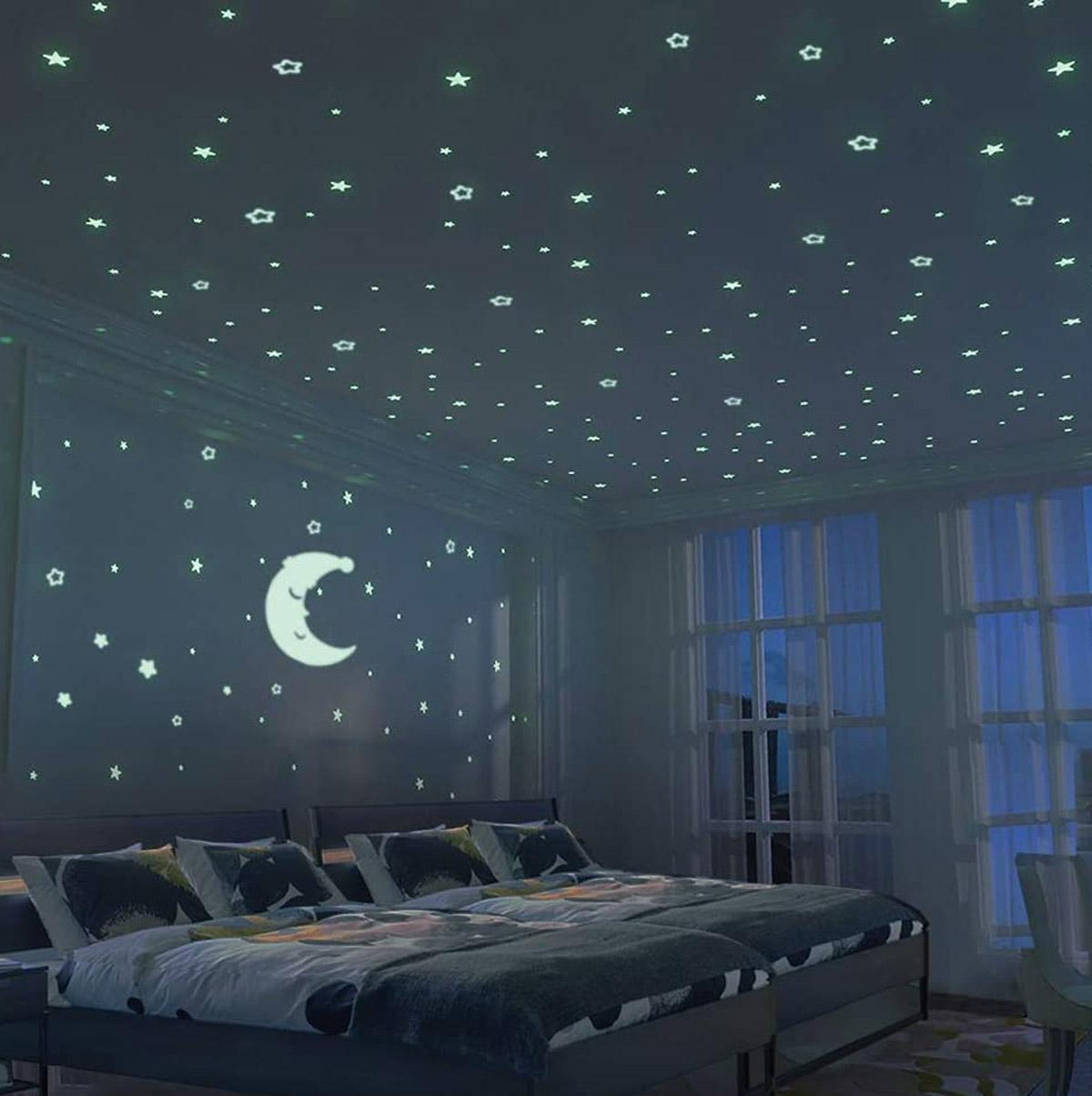 luna e tante stelline fluorescenti che illuminano la cameretta per bambini